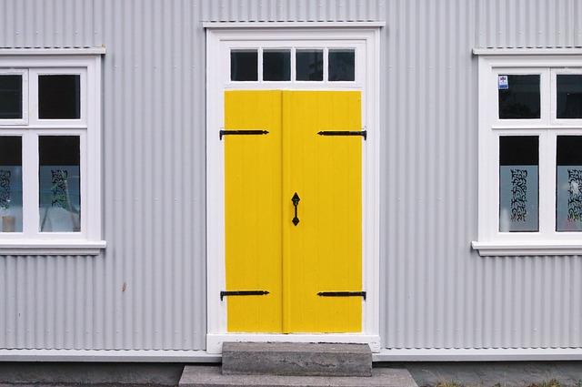 žluté dveře, bílý dům