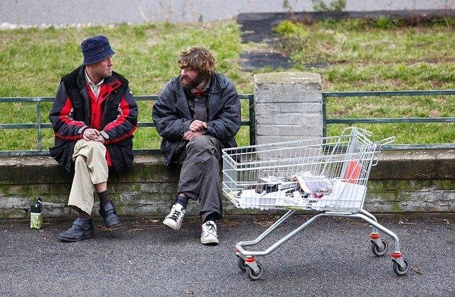 bezdomovci u košíku