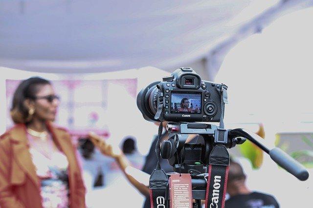žena před kamerou